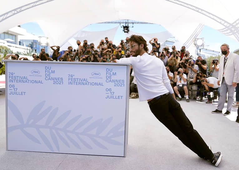 Актер Пьер Нине позирует у стенда на закрытии фестиваля