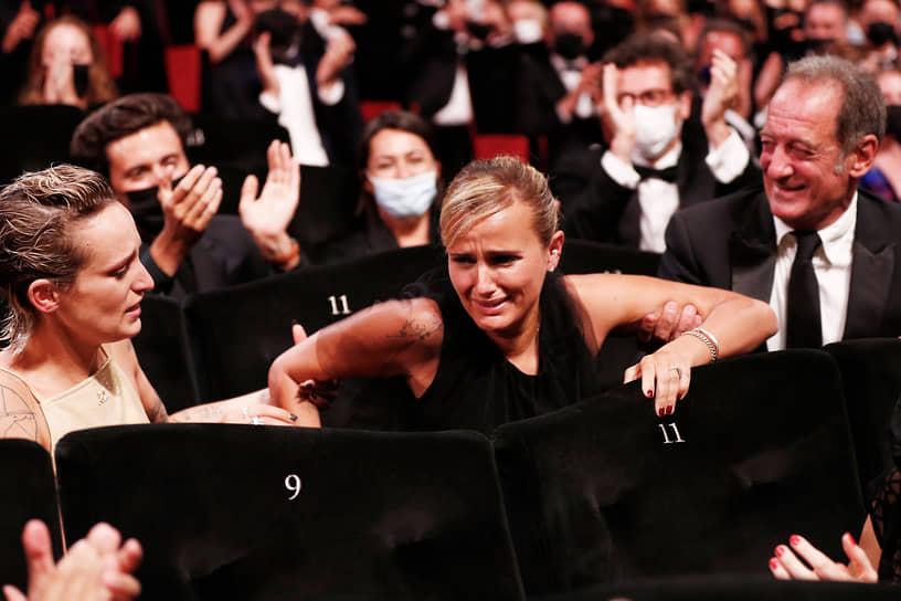 Главную награду 74-го Каннского кинофестиваля — «Золотую пальмовую ветвь» — получила картина «Титан» французского режиссера Джулии Дюкорно (в центре)