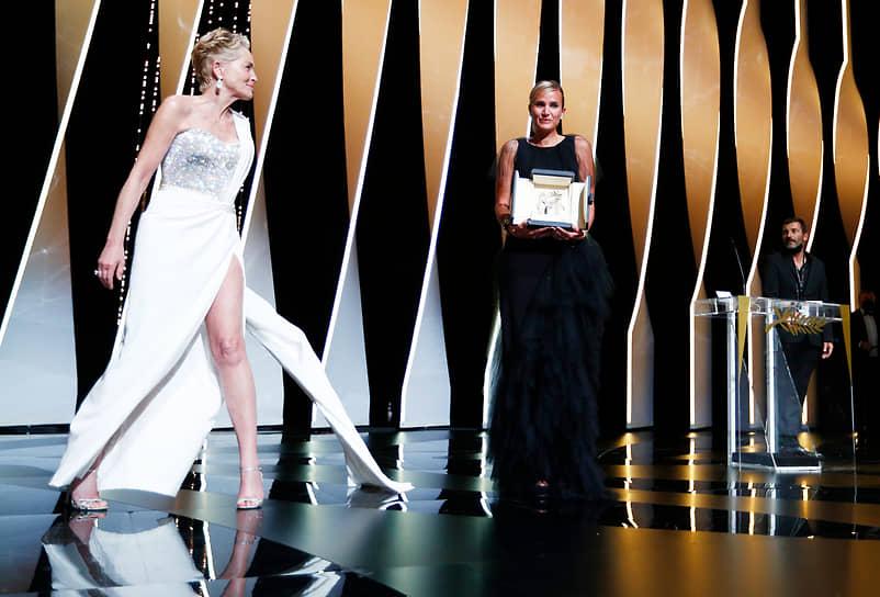 Актриса Шерон Стоун (слева) вручила «Золотую пальмовую ветвь» режиссеру Джулии Дюкорно