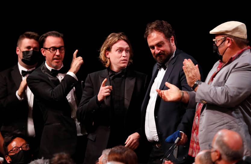 Приз за лучшую мужскую роль получил Калеб Лэндри Джонс (в центре), исполнивший главную роль в картине «Нитрам»