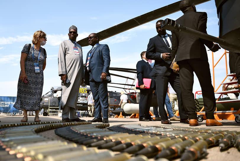 Посол Нигерии Абдуллахи Йибаиквал Шеху (второй слева) у стенда «Вертолеты России»