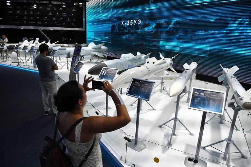 Посетители авиационно-космического салона