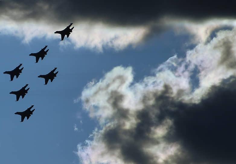 Истребители Су-35С пилотажной группы ВКС «Русские витязи» во время показательных полетов