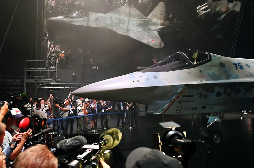 """«Это легкий истребитель пятого поколения. Аналоги такие у нас в мире существуют. Это и F-35, и """"Гриппен"""", и """"Рафаль"""". Только мы поставили перед собой задачу поставить очень дешевый и эффективный самолет. У нас будет цена, надеюсь, где-то от $25 до $30 млн, а у них — от $60 до $90 млн»,— сообщил глава госкорпорации «Ростех» Сергей Чемезов на авиасалоне"""