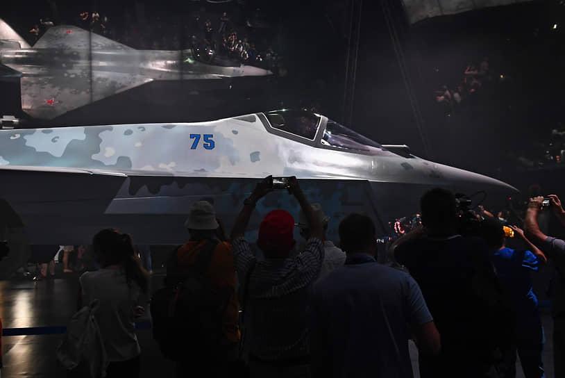 Модель нового российского однодвигательного истребителя Checkmate во время презентации