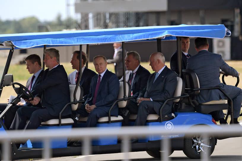 Слева направо: министр промышленности и торговли России Денис Мантуров (третий), президент России Владимир Путин (четвертый), вице-премьер Юрий Борисов (пятый) и генеральный директор «Ростеха» Сергей Чемезов (шестой) во время посещения МАКС-2021