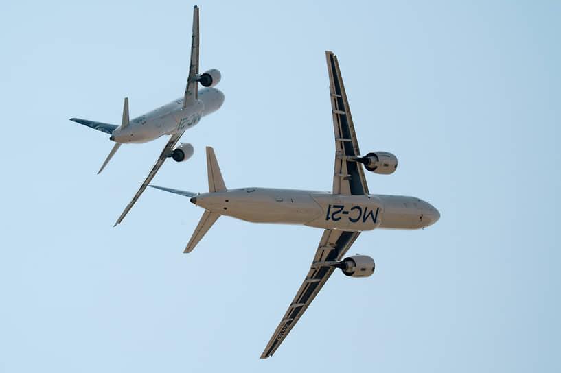 Cреднемагистральные пассажирские самолеты МС-21-310 (слева) и МС-21-300
