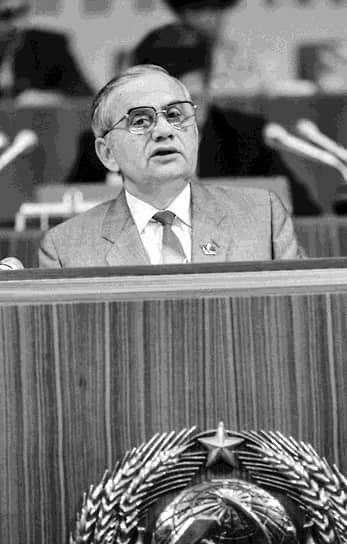 Владимир Ивашко <br>Заместитель генсека ЦК КПСС <br>Вошел в состав Политбюро 9 декабря 1989 года <br>Был первым и единственным заместителем генсека ЦК КПСС. После отставки Михаила Горбачева и до запрета партии являлся исполняющим обязанности генсека (с 24 августа по 6 ноября 1991 года). В 1992 году вышел на пенсию, умер 13 ноября 1994 года в Москве
