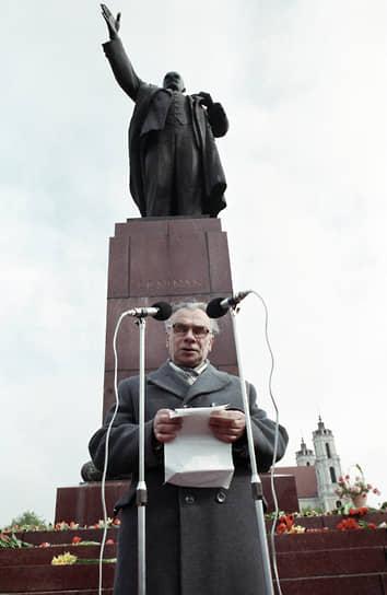 Миколас Бурокявичюс <br>Первый секретарь ЦК Компартии Литвы <br>Вошел в состав Политбюро 14 июля 1990 года  <br>13 января 1991 года прокуратура Литвы возбудила уголовное дело по статье о попытке госпереворота, одним из обвиняемых по которому был Бурокявичюс. Однако арестован он не был, так как после распада СССР бежал в Белоруссию. В 1994 году был арестован в Минске и выдан спецслужбам Литвы, в 1999 году приговорен к 12 годам тюрьмы. Вышел на свободу в 2006-м. Скончался 20 января 2016 года