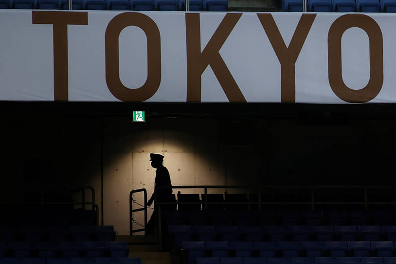 Токио, Япония. Полицейский на стадионе во время футбольного матча между сборными Саудовской Аравии и Кот-д'Ивуара