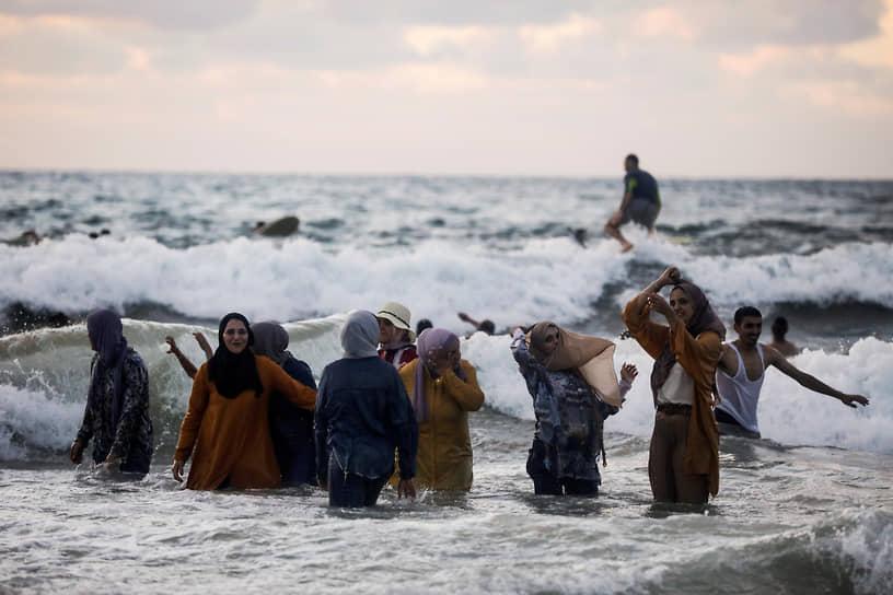 Тель-Авив, Израиль. Люди купаются в море
