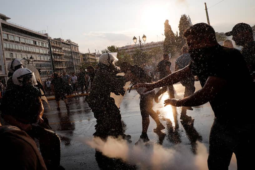 Афины, Греция. Полицейские используют перцовый газ на акции против вакцинации от коронавируса