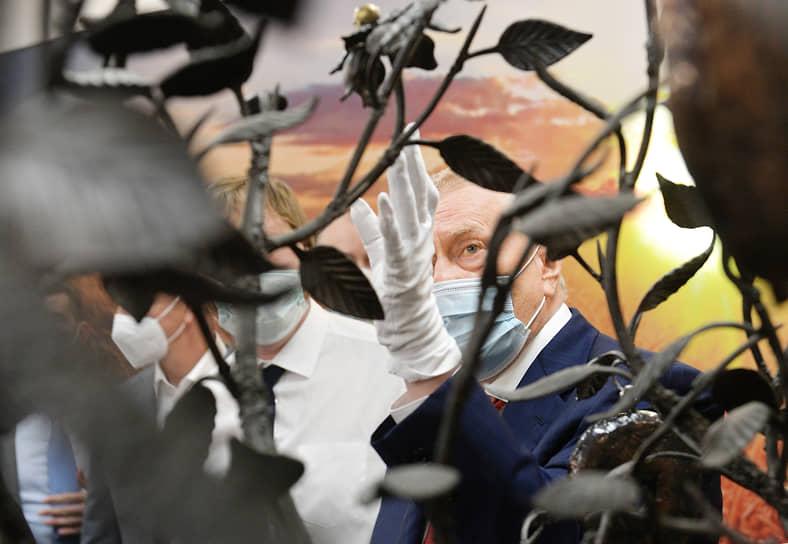 Владимир, Россия. Лидер ЛДПР Владимир Жириновский (справа) во время посещения Владимирского хлебокомбината