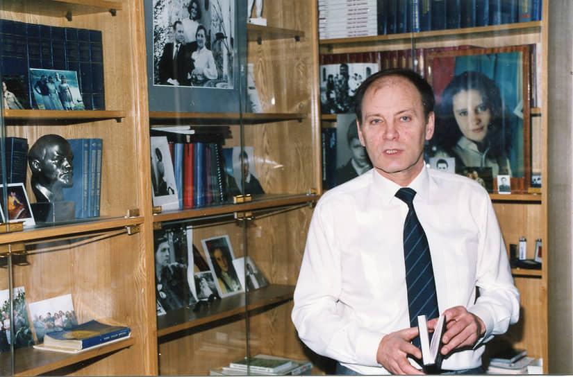 Олег Шенин <br>Секретарь ЦК КПСС <br>Вошел в состав Политбюро 14 июля 1990 года <br>Во время событий августа 1991 года поддержал ГКЧП. 24 августа был арестован и помещен в тюрьму «Матросская тишина». В тюрьме перенес три операции. В 1992 году по состоянию здоровья был освобожден с изменением меры пресечения на подписку о невыезде. Ранее был заочно признан виновным в совершении попытки госпереворота в Литовской ССР. С 1993 по 2001 годы занимал должности председателя Совета СКП-КПСС, члена ЦИК КПРФ и ЦК КПРФ. В 2000 году возглавил новую Коммунистическую партию Союза Белоруссии и России, за что был исключен из ЦК КПРФ. Скончался 28 мая 2009 года