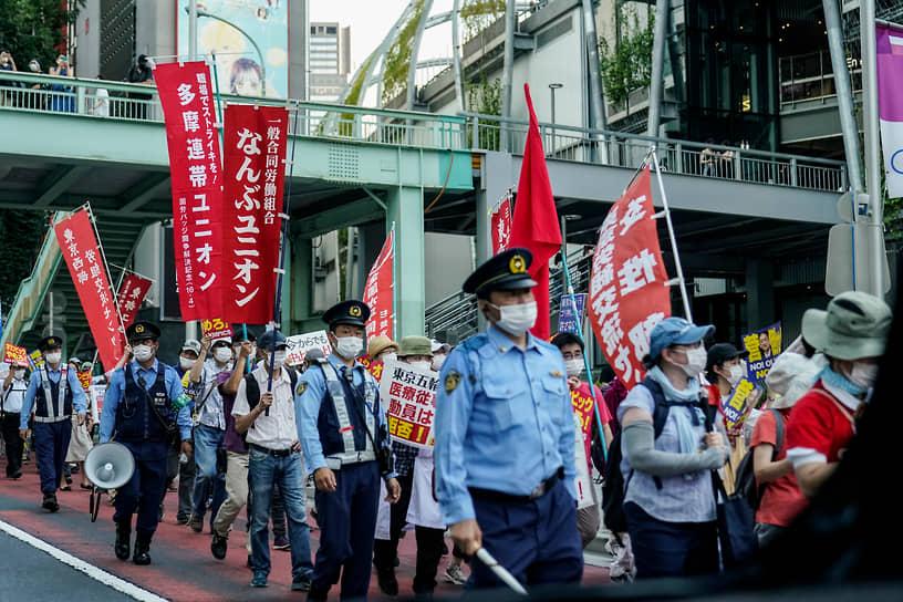 На улицах японской столицы на фоне открытия Олимпиады прошли демонстрации протестующих, которые требуют отменить проведение соревнований из-за пандемии коронавируса