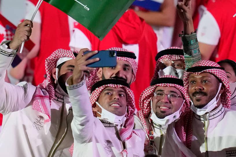 Спортсмены из Саудовской Аравии во время парада атлетов