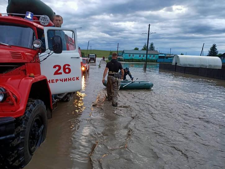 Спасатели МЧС на месте подтопления в селе Заречный