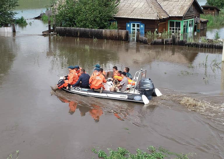 МЧС России работает на территории пострадавших от паводков районов