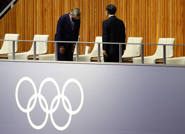 Президент Международного олимпийского комитета (МОК) Томас Бах (слева) и император Японии Нарухито