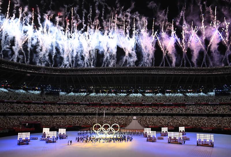 Фейерверк с олимпийскими кольцами во время церемонии открытия Игр