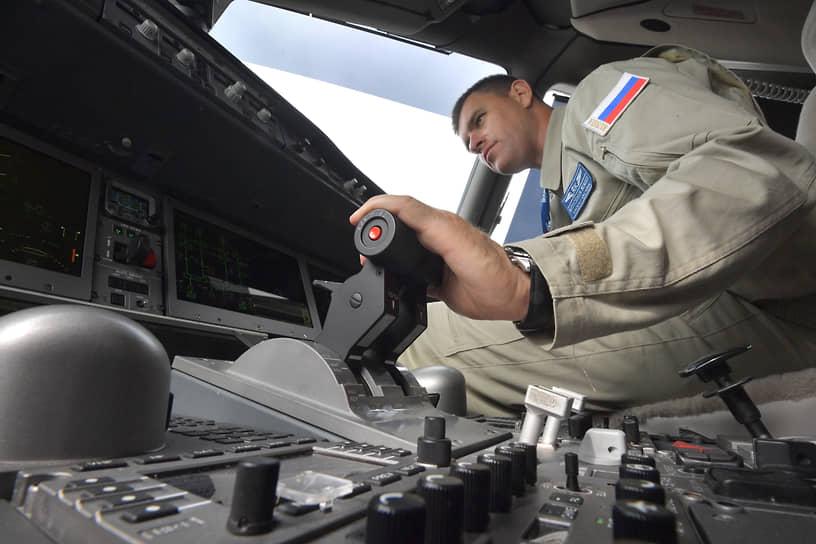 Жуковский, Россия. Посетитель салона МАКС-2021 в кабине пилотов российского пассажирского самолета МС-21-300