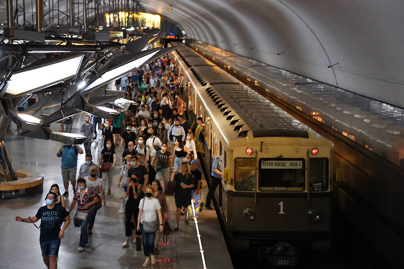 Москва, Россия. Пассажиры на станции метро «Тропарево»