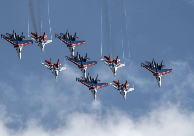 Жуковский, Россия. Выступление пилотажной группы «Русские витязи» в ходе летной программы Международного авиационно-космического салона