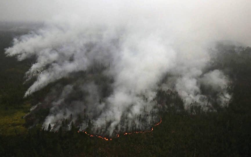Республика Саха (Якутия), Россия. Горящий лес в горном районе