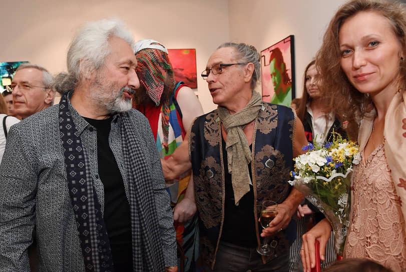Музыкант, продюсер Стас Намин (слева) и музыкант Юрий Иванов (в центре) на церемонии открытия мультижанровой выставки в Московском музее современного искусства