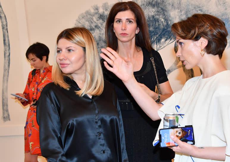Медиаменеджер Надежда Стрелец (слева) и журналистка Евгения Милова (справа) на премьере фильма «Я создан для тебя»