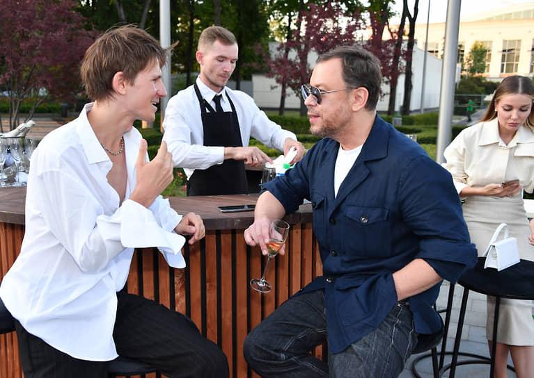 Фотограф Влад Зорин (слева) и дизайнер Игорь Чапурин на коктейле Vogue Senses в парке «Лужники»