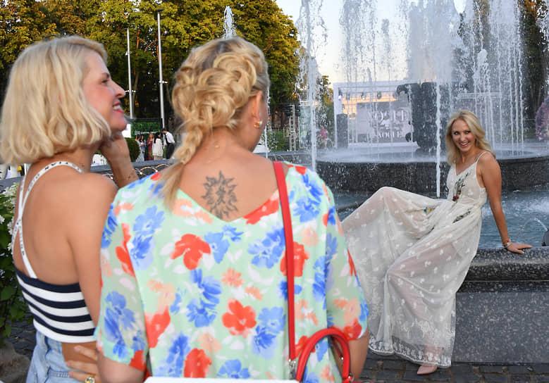 Креативный директор Podium Market Полина Киценко (слева) и издатель журнала GQ Ирина Елизарова (справа) на коктейле Vogue Senses в парке «Лужники»