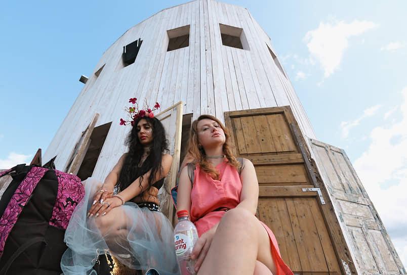 Посетители фестиваля и арт-объект «Ротонда»