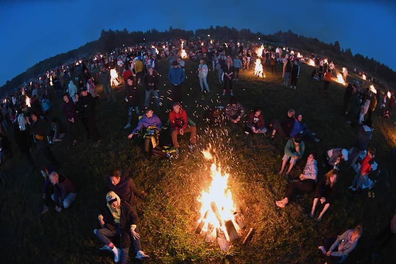 Посетители на фестивале во время перформанса «100 костров»