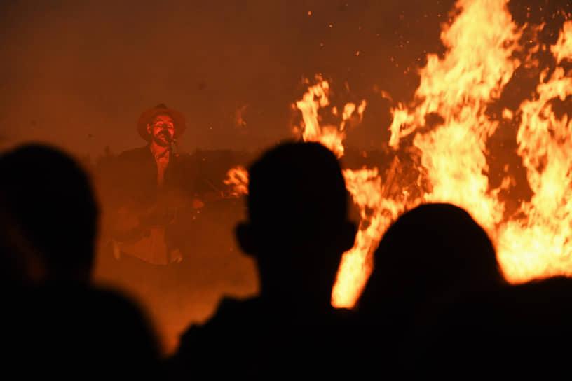 Певец Синекдоха Монток (Савва Розанов) во время выступления на фестивале во время перформанса «100 костров»
