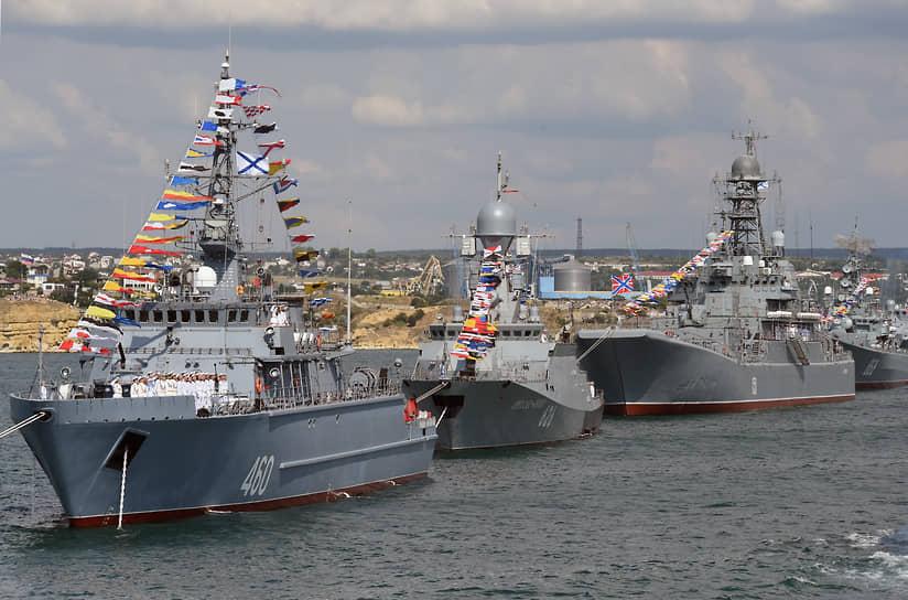 Слева направо: морской тральщик «Иван Антонов», малый ракетный корабль «Орехово-Зуево» и большой десантный корабль «Азов» на репетиции парада в Севастополе