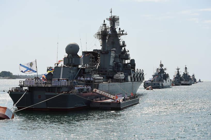 Флагман флота гвардейский ракетный крейсер «Москва» в Севастопольской бухте