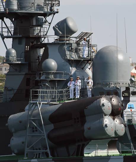 В строю на выход из бухты прошли 12 кораблей и катеров, в том числе противодиверсионные катера, ракетный корабль на воздушной подушке «Самум» (на фото), малый ракетный корабль «Грайворон», большие десантные корабли «Цезарь Куников» и «Новочеркасск», а также фрегат «Адмирал Григорович»