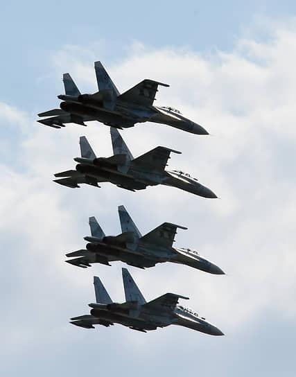 Истребители-бомбардировщики Су-34 в небе над Севастополем