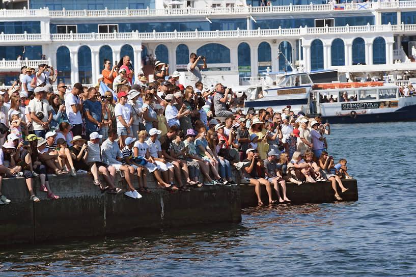 Зрители на набережной во время парада в Севастополе