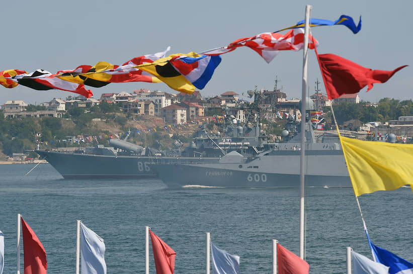 Парад кораблей прошел также в Севастопольской бухте<br> На фото: сторожевой корабль «Пытливый» (слева) и малый ракетный корабль «Грайворон»