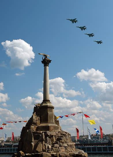 В небе над Севастополем, взлетая с аэродрома в северной части города, прошли 26 единиц авиационной техники из состава морской авиации Черноморского флота и объединения ВВС и ПВО Южного военного округа