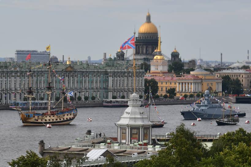 Для прохода кораблей были разведены Благовещенский и Дворцовый мосты
