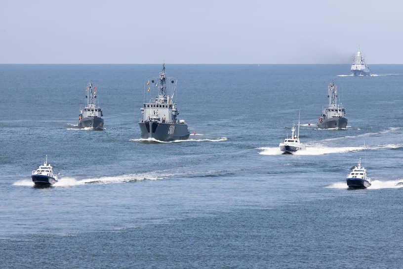 В военно-морском параде и военно-спортивном празднике было задействовано более 43 боевых кораблей, катеров, быстроходных лодок и судов обеспечения, более 20 единиц военной техники соединения морской пехоты, 14 самолетов и вертолетов морской авиации, а также около 1,3 тыс. военнослужащих