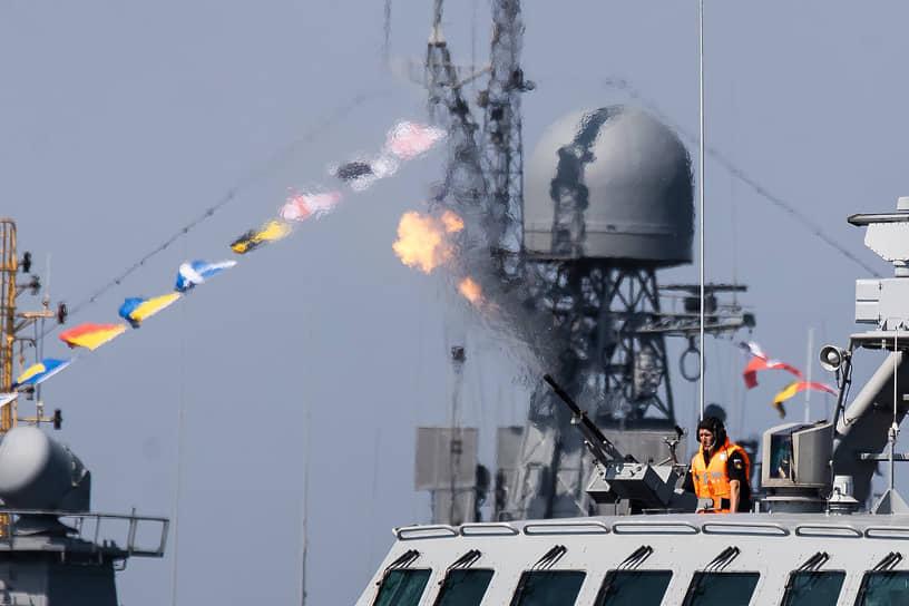 Противолодочный вертолет Ка-27 атаковал подводную лодку условного противника, малый противолодочный корабль провел атаку субмарины условного неприятеля, а малый ракетный корабль сымитировал ракетный удар по кораблям условного противника