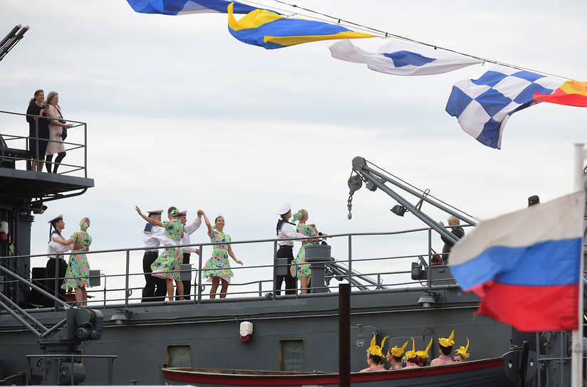 Театрализованное представление на палубе военного корабля во время парада в Санкт-Петербурге