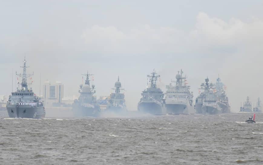Корабли ВМФ России прошли парадным строем по Неве