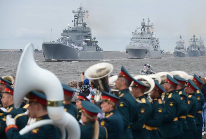 В параде в Санкт-Петербурге приняли участие более 50 боевых кораблей, подлодок, судов и катеров, 48 самолетов и более 4 тыс. военнослужащих