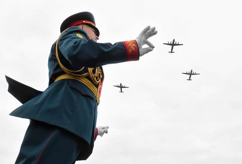Дирижер военного оркестра во время парада в Санкт-Петербурге