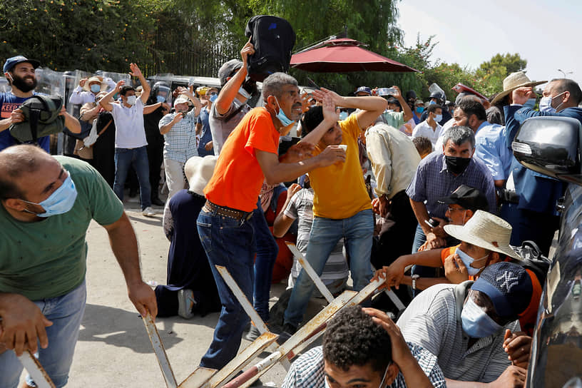 Тунис, Тунис. Столкновения у здания парламента между сторонниками президента республики Кайса Саида и исламистской партии «Ан-Нахда»